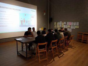 Un dels moments de preparació de les entrevistes de feina dins del projecte de dinamització comunitaria Coneix La Màquina
