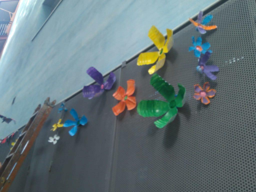 Decoració penjada als carrers per l'Equip de Transforma't Bon Pastor. Aquesta decoració havia sigut creada previament a diferents tallers de reutilització