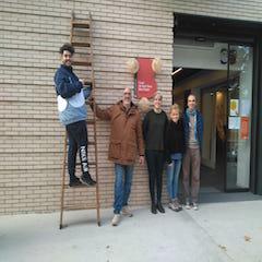 El equipo de Transforma't Bon Pastor durante la jornada de decoración de las calles del barrio